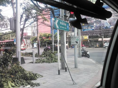 今日はバンコク、13時45分発のエミレーツ航空に乗り香港へ向かいます。10時半過ぎにホテルを出発することにします。<br /><br />ホテルからタクシーに乗車してエアポートレールリンクのパヤタイ駅へ向かいします。<br /><br />タクシーに乗り込む際にはドアボーイがタクシー番号を控えた紙をくれました。<br />ちゃんとメーターも動いているのを確認しときます。