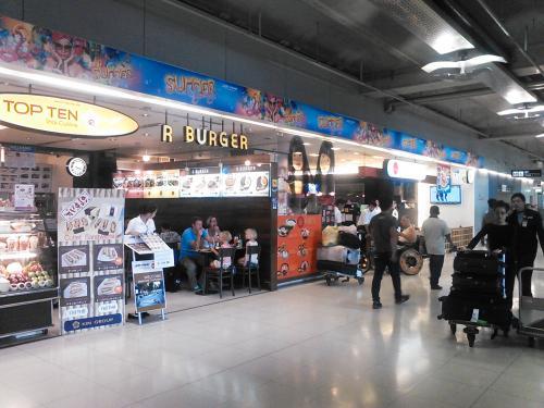 土産を買おうとコンビニに行こうとレストランの前を通るとあちこちのお店で「カツサンド」が売ってます。<br /><br />まるで羽田空港の売店のような感じです。<br />なんとタイでは「カツサンド」が流行しているようです。