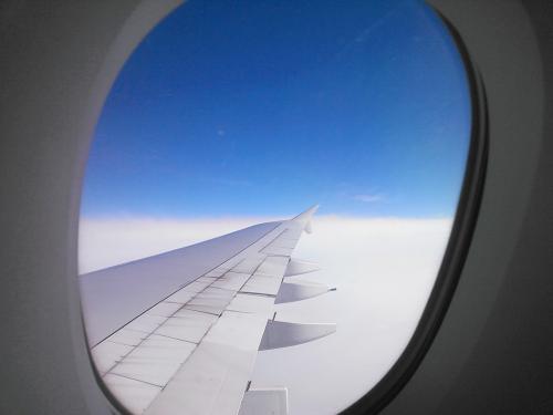 A380の主翼は結構大きいです。<br /><br />フライトタイムは2時間なのであっという間に香港に向けて徐々に高度を下げていきます。<br />もっと乗っていたいなぁ〜と思うのですが、徐々に行動を落としていき、初日とおなじような灰色が掛かった景色の中、香港国際空港へアプローチ。<br /><br />17時35分、RUNWAY07Lにタッチダウン。<br /><br />入国審査場も空いていてすんなり通過。しかしにもつを受け取るターンテーブルで出てきた荷物を受け取ると、うん?ファスナーが開いている・・・あれファスナーが壊れているじゃん!<br /><br />こりゃクレームだなとホール中央にある荷物カウンターで破損の申告をします。<br />状況を見て、いつ買ったとか価格とかを聞かれ、破損レポートを作成してもらい、データはエミレーツに送ったので日本に帰国したらエミレーツに連絡して補償の手続きをしてくれと言われました。<br /><br />ちなみに、帰国後連絡を取ったら、航空会社ではバックの破損は補償対象外になるので旅行保険で対応して欲しいとの事。<br />まあそうなるだろうなと思っていたので、証拠になる破損レポートだけはしかりい貰っておいたのです。<br /><br />保険会社に連絡して必要書類を送って貰って、いざバックを買ったL.L.Beanのお店に行くと、すんなり新品交換になりました。<br />まあ、買ったばかりだったと言うこともありますが、さすが100%満足保証のL.L.Beanです。