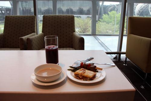 カンタスラウンジに入るとエミレーツのスタッフが居たので搭乗券を見せると、搭乗開始時刻が10分遅れるとの事。<br /><br />ラウンジは結構広く、カウンターに軽食類が用意されていました。どれどれと物色してスープとラザニアで軽い昼食にします。<br /><br />