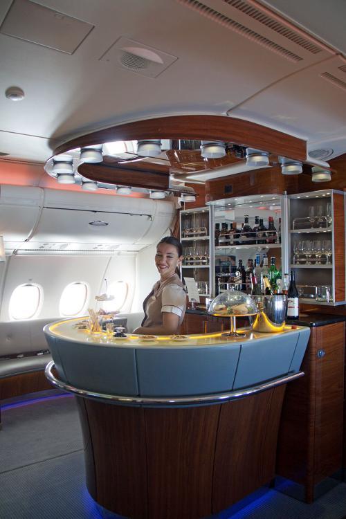 エミレーツ航空ご自慢のバーカウンター。<br /><br />流石、中東のお金持ちの航空会社です。なんか贅沢ですねぇ〜<br />