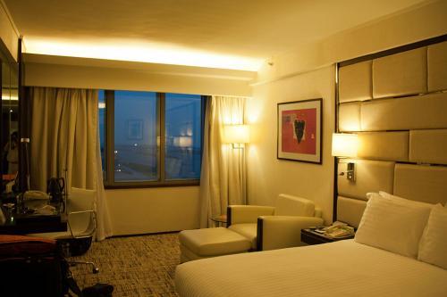 香港では1泊だけになるので、奮発?してリーガルエアポートに宿泊しました。<br /><br />このホテルのデラックスルームだと滑走路が見渡せる部屋で目の前にはE18番スポットで飛行機が良く見えます。<br /><br />難点なのは料金が高いと言うことです。1泊で2万程とかなりハイソなのです。普段なら宿泊を躊躇う金額ですが、ココも一度は泊まってみたいと思っていたのです。<br /><br />このまま飛行機を見るものいいのですが、折角なので街に出てみましょう。<br />空港からAEL/エアポートエクスプレスで25分ですからね。<br /><br />乗り場で同日往復乗車券を購入して(100HKD)列車に乗り込みます。
