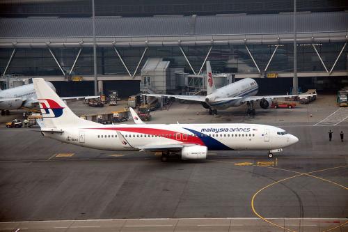 マレーシア航空のB737が出発していきましたが、あれ、25Rに香港航空のA330が降りてきたぞ。<br />今回、エアバンドを持ってこなかったので、Flightrader24で状況を確認するとあれ、25からの着陸だ。<br /><br />こりゃラッキー。普段の行いが良いからなぁ(笑)<br />じゃあ、展望デッキ撮影するかと、カメラを用意して朝飯も食べずに第二ターミナルへ
