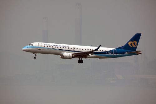 マンダリン航空のエンブラエル機です。<br /><br />台湾と香港の間は昔から行き来が盛んで多くの便数が飛んでいます。