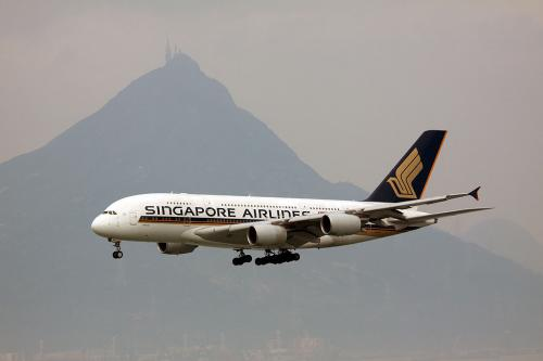 シンガポール航空のA380がやって来ました。<br />背後の中国らしい山が今日は霞んでいます。