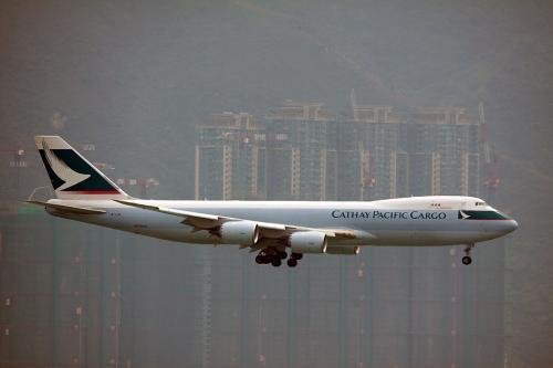 貨物便はカーゴターミナルに近い25Lに降りてきます。<br /><br />キャセイのB747-8Fです。