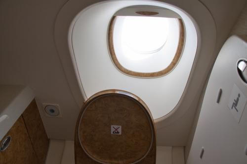 トイレに行ってみると、窓がありました。最近はトイレに窓を設けるのが流行りなんでしょうかね。<br /><br />比較的広く使い勝手は良さそうですが、このトイレの反対側のトレイは故障で使用できないと張り紙が・・・