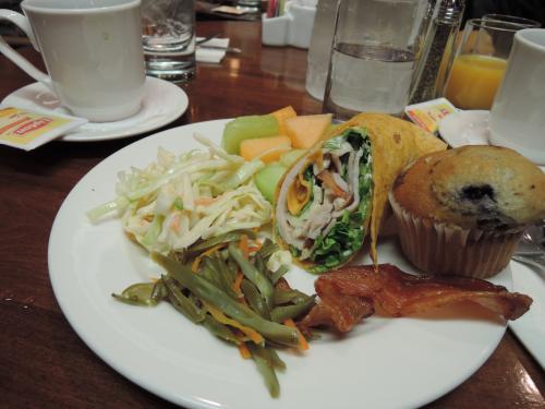 午前10時ごろチェナリゾートを出発して、フェアバンクスに向かいます。<br />約1時間走って、フェアバンクスのホテルに到着。<br />まず、ランチタイム。<br /><br />朝はオレオを食べただけなので、お腹が空いていましたので、がっつりいただきました。<br /><br />その後部屋に入れるまで近くのスーパーへお買いものへ出かけました。