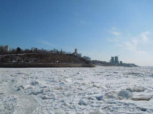 ここはもう川の中です。川幅の1/3位の所から展望台を見ています。ぶ厚く完全結氷しているので歩いても大丈夫。<br />見ての通り左側に道ができています。