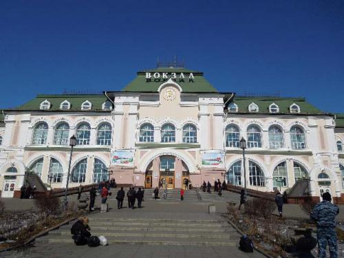 ■シベリア鉄道<br /><br />ハバロフスク駅です。<br />先日のボルゴグラードでの自爆テロで、中はМЧС(ロシア緊急事態省)と思われる人が完全武装でテロ警戒にあたってました。<br />入場者は厳密に金属探知機と荷物の調査を受けます。<br />でも高圧的な態度はなく、素直に従っていれば真摯に対応してくれました。(当然、内部での写真はありません。そんな空気でない)