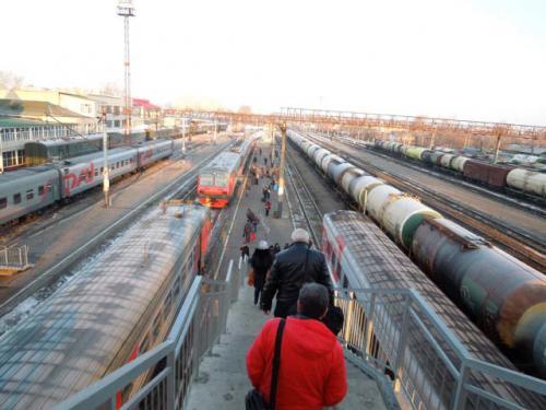 改札もなく、駅の外にある橋からプラットホームへ向かいます。<br />超超〜長い貨物列車や長距離列車が多くいます。<br />時間の表記は統一されていて、モスクワ時間になってます。