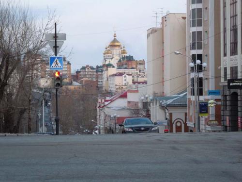 ハバロフスクは坂の多い街です。<br />南の谷にウスリースキー並木(見ている方向)、中央の丘が繁華街のムラビィヨフアムールスキー通り(ここ)、で北の谷がアムールスキー並木の谷・丘・谷で3本構成になってます。