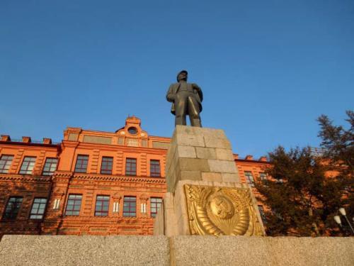 レーニン広場のレーニン像です。<br />色々なところで、旧ソ連からの離脱の象徴として倒されて来たレーニン像ですが、ハバロフスクでは健在です!