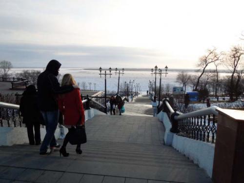 先ほどのウスペンスキー教会からアムール川に向かう階段です。<br />ここは普通の公園ですが、カップルも非常に多いところです。<br />日本ではバカップル扱いですが、ロシアでは公然とべたっとしたカップルが普通に多く、愛情表現が豊かです。