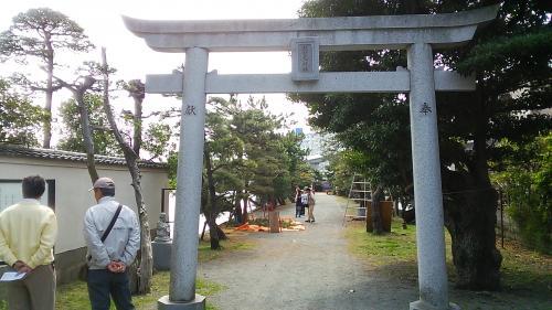 弁財天が祀られる琵琶島神社の鳥居<br />