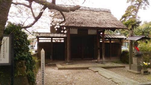 参道左にある塔頭光明院正門