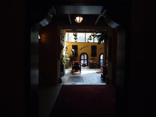 でも、来てよかったと思えるようにホテルライフを楽しみたいと思います。<br /><br />やっと、先にチェックインしてたお客さんが終わり、私の番に。<br /><br />それではホテルのお部屋に案内してもらいます。