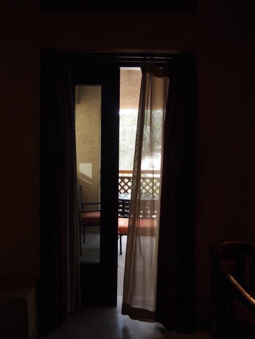 そして外へといざなうドアが。
