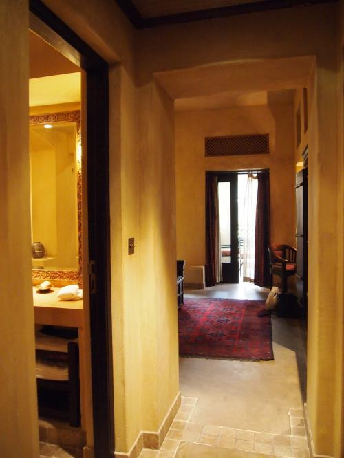 扉を開けると、わーお。<br /><br />壁の感じ、ライトの雰囲気、とってもいい感じです。