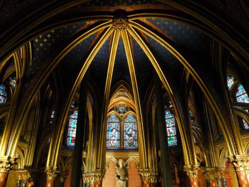 次に向かったのは、『サント・シャペル』。<br />シテ島にある教会で、「聖なる礼拝堂」という意味。<br /><br />1階部分は礼拝堂になっている。<br />ここも結構素晴らしいんだけど、上に行くとそこは別世界。