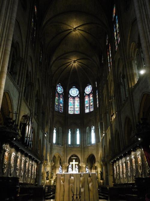 大聖堂の内部は、とっても広い。<br />天井までの高さが、33mもあるらしく、その規模の大きさには圧倒される。<br /><br />そんな感じで上を見上げながらいすに座ってボーっとしているのが好き。<br />ちょっとした静寂と、神妙な雰囲気の中でかなり心が休まるんだよね。<br /><br />