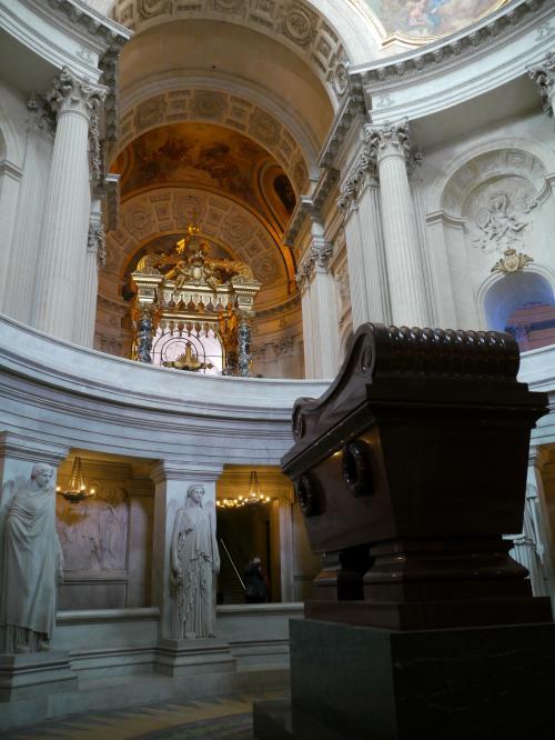次に向かったのは、『アンヴァリット』。<br />ナポレオンの棺が地下に納められている。<br /><br />写真のように、地下に降りてマジかで見ることが出来る。<br /><br />『ナポレオンの棺なんだー』っていう感動より、この建物自体の規模のほうが感動してしまうくらい大きい。<br />あらゆる所にある彫刻や絵画も見ていると引き込まれそうになる。