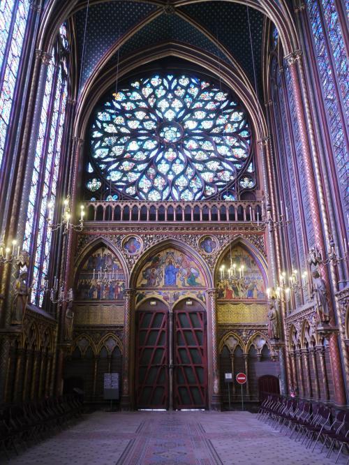 入り口側には大きな円形のステンドグラスがある。<br /><br />これだけでも見事なんだけど、正面側に目を向けると、両壁すべてがステンドグラスになっている。<br />ステンドグラスを通してそそがれた太陽の光を受けた礼拝堂の中は、あまりの綺麗さに声が出ないくらい感動できる。<br /><br />両側にいすが置かれているんだけど、みんなここに座ってステンドグラスを眺めているんですよね。<br />