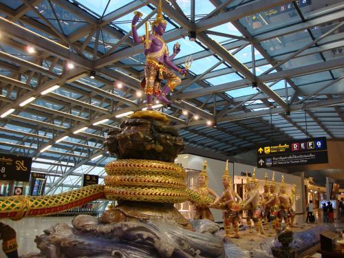 チャンギ空港の次に好きな空港。<br />乗継時間約2時間半ですが、スワンナプーム空港はお店沢山あるし、<br />タイ料理も楽しめるし、あっという間。<br />