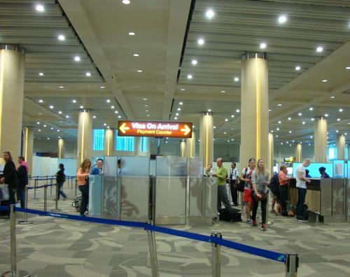 14:15バリ到着。<br />昨年の秋にリニューアルしたばかりのデンパサール(バリ)のングラライ空港。 全然違うわ〜<br /><br />まず、イミグレーション前にあるVISA ON ARRIVALで日本から用意しておいたUS$25を支払い、ビザ発券まで約2分で完了。(30日間までの滞在は25ドル)到着VISAなので事前に日本で取得する必要はないですが、25ドルは日本から用意しておいた方が処理が早いです。<br /><br />VISA購入後、イミグレーションへ進みます。<br />いつも何も聞かれません。<br />ちなみに、ジャカルタ空港でインドネシア入国した時は、VISA発券後、イミグレーションに並ばず、VISA ON ARRIVALから入国できました。