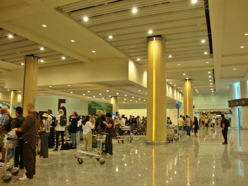 羽田空港で預けた荷物が出てくるまで10分以上待ち、その後の税関&荷物X線検査で15分位並び、なんだかんだで外に出るまでトータル30分以上かかりました。<br /><br />クチコミで、空港にはぼったくりインチキポーターがいるとよく聞きますが、前の古い空港の時もジャカルタの空港でも、そのようなポーターを一度も見たことないんですけど...昔の話?いつも 私には寄って来ないだけ?