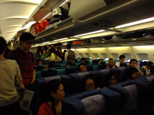 キャセイパシフィック機内2<br />春休みの影響か機内はほぼ満席でした。
