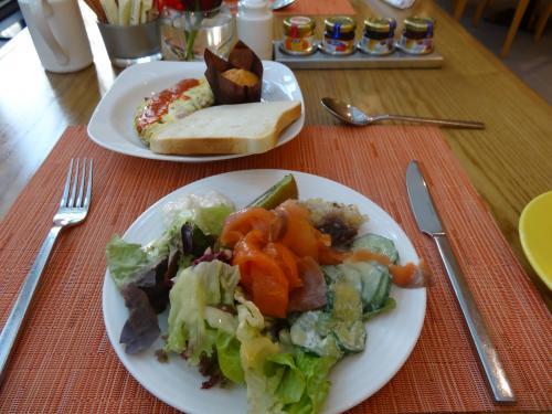 旅行中はどうしても野菜不足気味になるのでサラダサラダ。<br />あとはエリカアンギャルも一押しのサーモン。<br />今日はこれから砂漠ツアーなのでエネルギーチャージ!