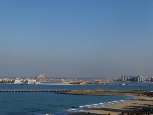 朝!晴れた〜!昨日の激しい落雷はなんだったの!?ってくらい晴れた〜!<br /><br />今回ドバイで泊まったのはモーベンピックジュメイラというホテル。<br />バルコニーから見た景色です。<br /><br />バルコニーは喫煙可。るるん♪