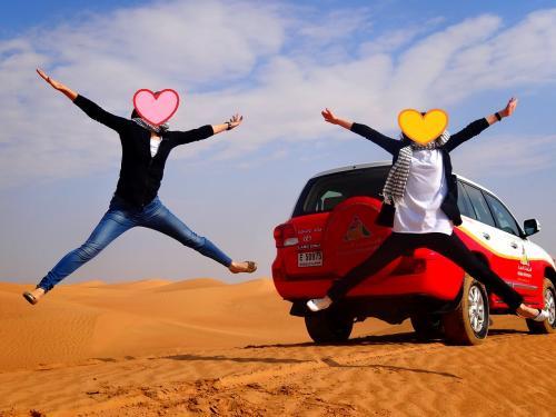 ツアー二人だけだったのでガイドさんは専属カメラマンに(笑)<br />つーかノリノリでどんどんポーズを指定してきます。<br /><br />砂漠は4WDで走る走る。<br />横転すんじゃねーかと思って超怖かった。<br />でも酔うかと思ったけど進行方向見てたから全然大丈夫でした。<br />