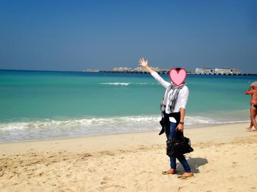 その前に…<br />バルコニーから見た海がとっても綺麗だったので海岸までお散歩に来ました。<br />エメラルドグリーンの海!<br />さっきまで砂漠にいたのに変な感じ(笑)