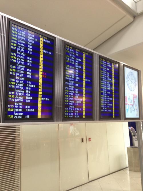 6F到着後、電光掲示板で 次のフライトのゲートを確認します。