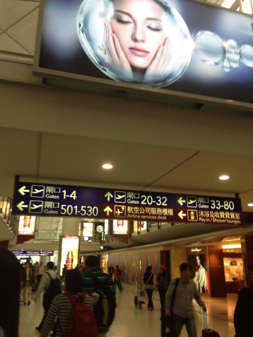 空港内は広くゲートまで遠い場合歩いて15−20分かかります。