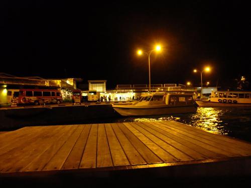 夜のマーレ空港のボート乗り場。