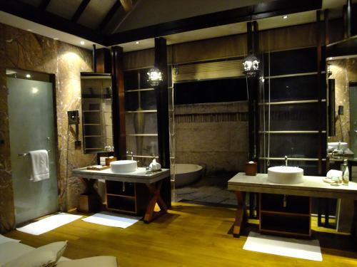 ベッドルーム隣のバスルーム<br />洗面2つありで、使いやすいです。
