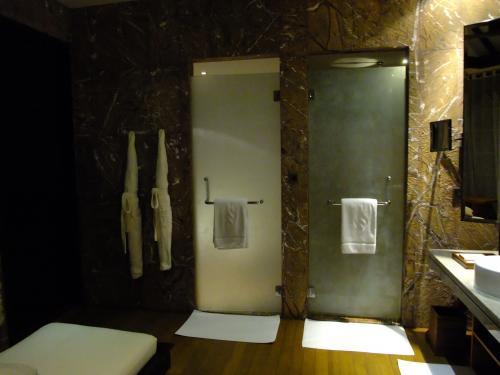 お手洗いとシャワールーム。<br />隣同士でドアもあり、プライベートが保てます。