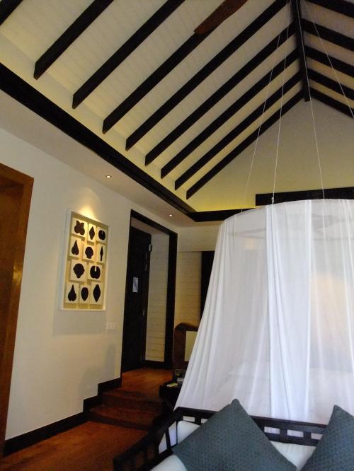 ビーチビラ室内。<br />高い天井が印象的。天蓋つきです。