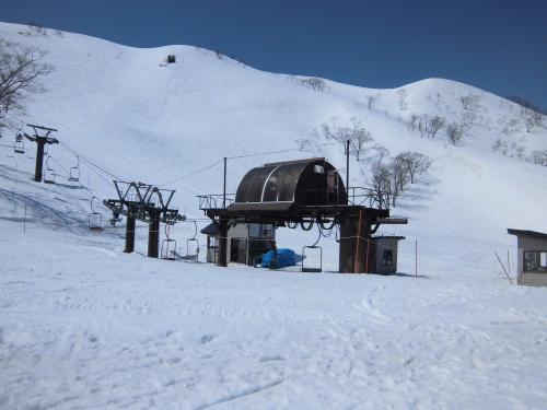 うっはー!<br /><br />雪だぁー!<br /><br />スキー、スノボの人もちらほら。<br /><br />私たちのように、観光で、谷川岳に来た人も結構います。
