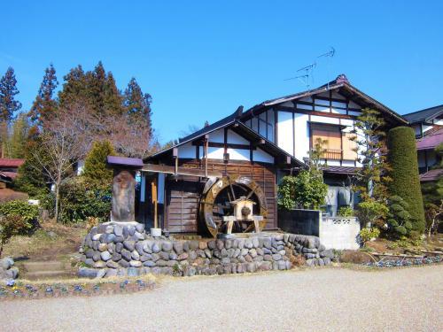 小さな村落をそのまま道の駅にした感じ。<br /><br />お茶屋さん、こんにゃく屋さん、革製品の店、農園、果樹園<br />いろいろあります。
