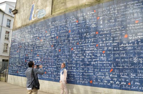 一度メトロの前の広場に戻りジュテームの壁に。日本語は愛してると大好き、君が好きの文字がありました。
