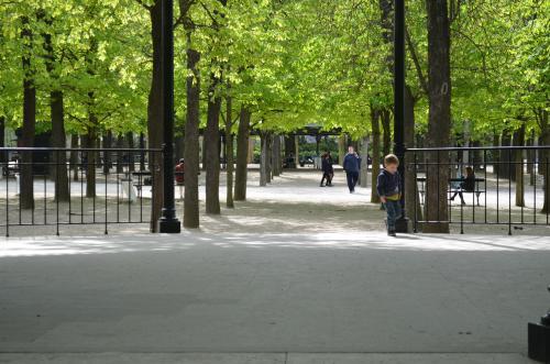 徒歩で5分ほどでリュクサンブール公園に。パリ市民はここにある椅子に座って皆でおしゃべりを楽しんだり読書をしたり昼寝したり。