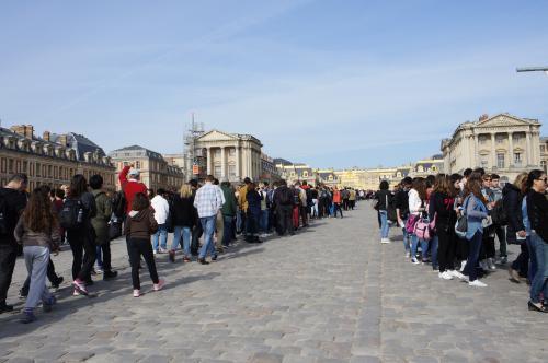一通り見学を終えた後、お土産ショップを物色し、バスが待つ駐車場へ急ぎます。<br /><br />すると、宮殿前には私たちが到着した時にはなかった超・長蛇の列が!!<br /><br />早朝のツアーで正解でした☆<br /><br />バスはパリへと向かい、オペラ座付近で下車しました。<br />時間はちょうど12時、お腹がすいたので、オペラ座近くのピザハットでランチを食べました。<br /><br />一旦ホテルに戻り、次に目指したのはパリで一番(?)の観光名所・エッフェル塔です!