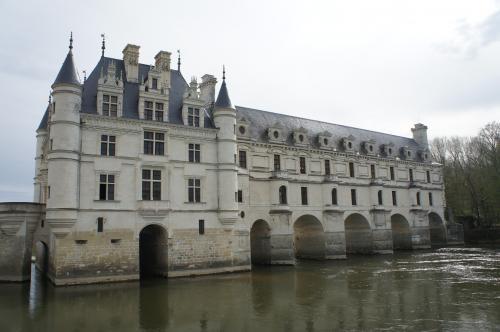 そして、川沿いに目線をやると、優美な城の姿が目に入ります♪<br />川をまたぐように立つお城、ここシュノンソー城以外に私は知りません。