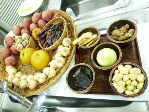 午後からは、団体さんが予約されていて、忙しそうな中、2人でビビンバと美味しいキムチを試食(これが今日の昼食ですが)。<br /><br />こちらを主催している先生は韓国ドラマ「食客」「チャングム?」等のフードコーデディネーターとして活躍されていて、準備中の大量のいちごのヘタ取りをされていて、そちらもつまみ食い?させていただきました。<br />コマオ!!