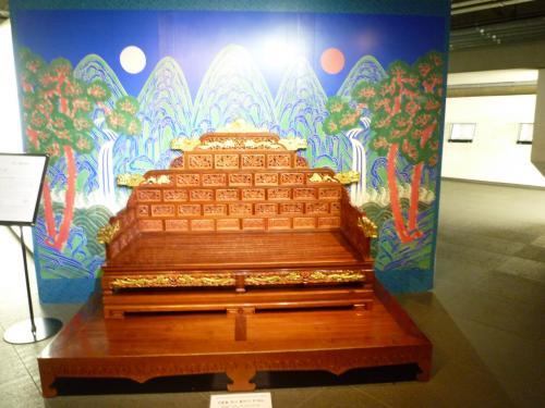 そういえば、世宗大王博物館にも、昨日ですが、立ち寄りました。<br />有名な、この絵は、景福宮のレプリカですが、太陽は王様、月はお妃のピグン、山や木滝が描かれています。<br />韓国ドラマ「太陽が抱く月」にもよく出てました。<br />ソウルでは、チムジルバンの壁画や至る所でこの絵を見ます。