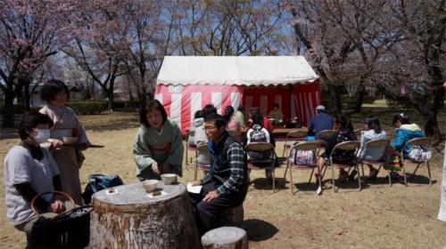 私たちもここでお弁当を食べましたよ。<br />今日はまりも母の手作り弁当。<br />竹の子ご飯、醤油麹に漬けた竜田揚げ、ズンダ入り卵焼きなど。<br /><br />近くのテントでは野点のサービス。<br />お抹茶と桜餅が振舞われていました。<br />